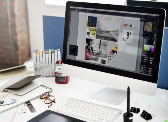 Υπολογιστής του οποίου η οθόνη δείχνει τον σχεδιασμό μιας αφίσας