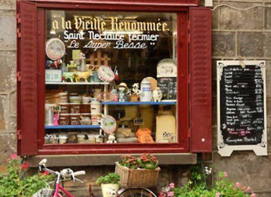 Βιτρίνα γραφικού μαγαζιού του εξωτερικού που εμπορεύεται τυριά